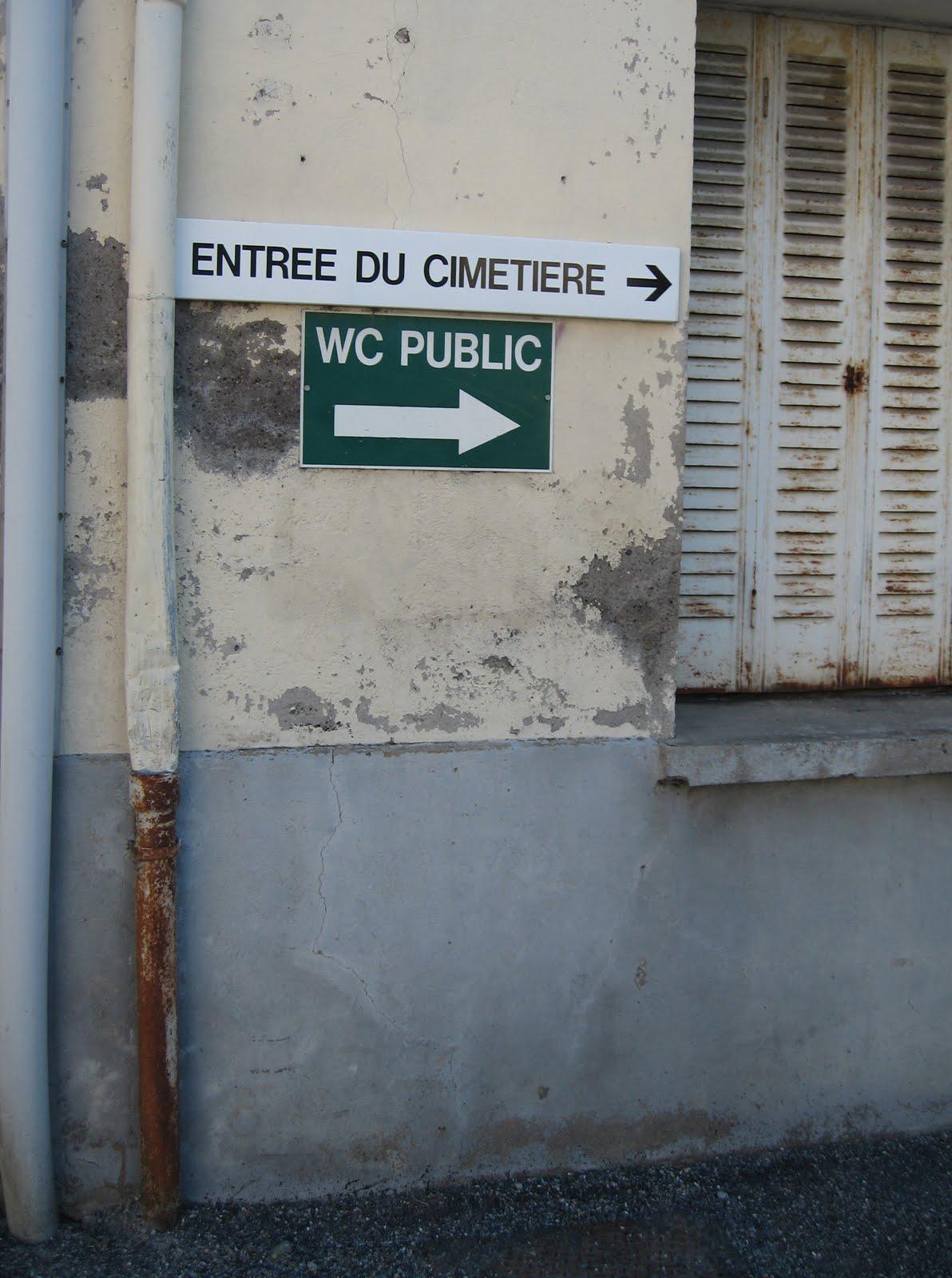 entrée du cimetière, WC public