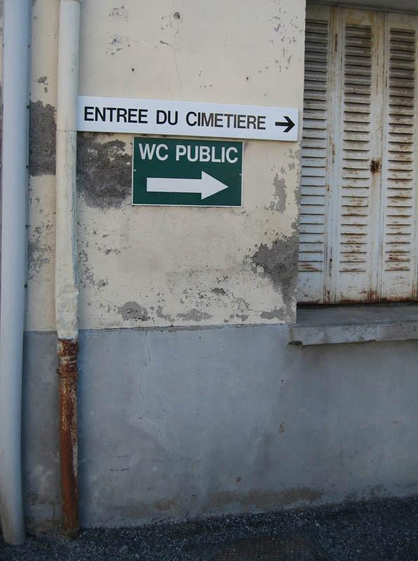 entrée du cimetière WC public