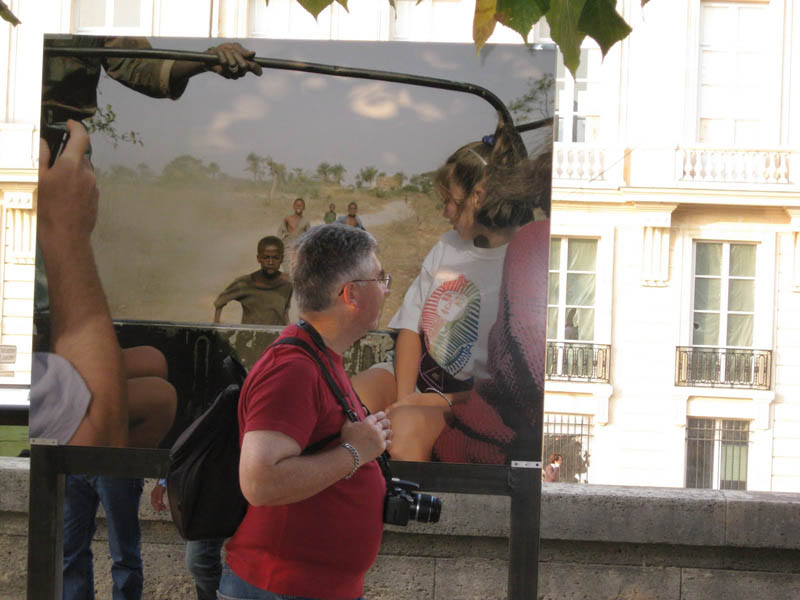 touriste observant une photo de touristes
